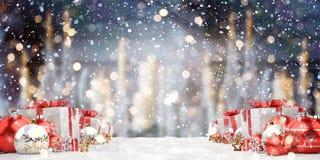 Los regalos y las chucherías de la Navidad roja y blanca se alinearon la representación 3D Fotografía de archivo libre de regalías