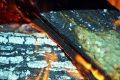 Los registros de madera ardientes, naranja flamean el fondo Fotografía de archivo