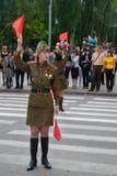 Los reguladores soviéticos del tráfico en el uniforme de la Segunda Guerra Mundial indican la dirección Fotos de archivo