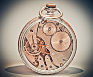 Los relojes análogos viejos parecen inusuales Imágenes de archivo libres de regalías