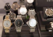 Los relojes de los hombres de lujo en una tienda foto de archivo
