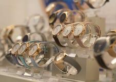 Los relojes de los hombres de lujo en una tienda imagen de archivo