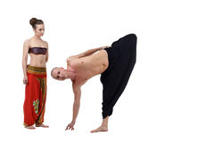 Los relojes de la mujer como instructor de la yoga realizan asana Fotos de archivo libres de regalías