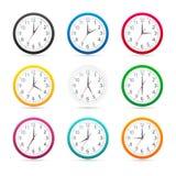 Los relojes de pared con diversos colores diseñan el icono aislado en el fondo blanco