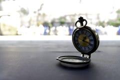 Los relojes del collar están situados en exterior de papel negro fotografía de archivo