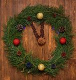Los relojes del ` s del Año Nuevo hechos de las ramas del abeto, conos y nueces de pino, adornadas con las nuevas bolas, en un fo imágenes de archivo libres de regalías