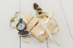 Los relojes, pequeñas cajas conectadas con una cuerda, cinta y adornan Imagen de archivo