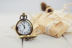 Los relojes, pequeñas cajas conectadas con una cuerda, cinta y adornan Fotos de archivo