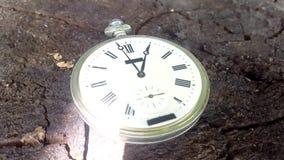 Los relojes se fijan en el 13:00 Lapso de tiempo almacen de metraje de vídeo