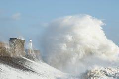 Los remanente del huracán Ofelia estropean Porthcawl, el Sur de Gales, Reino Unido fotografía de archivo