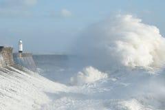 Los remanente del huracán Ofelia estropean Porthcawl, el Sur de Gales, Reino Unido fotos de archivo