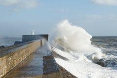 Los remanente del huracán Ofelia estropean Porthcawl, el Sur de Gales, Reino Unido foto de archivo
