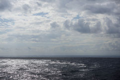 Los remiendos de Sun de la luz en un océano emergen Imagenes de archivo