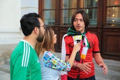 Los reporteros de la TV se están entrevistando con fanáticos del fútbol en Moscú durante Foto de archivo