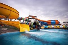 Los resbaladores de Aquapark, aguamarina estacionan, riegan el parque Imagenes de archivo