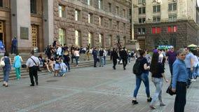 Los residentes de la ciudad de Kiev caminan en el fin de semana almacen de metraje de vídeo