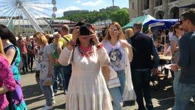 Los residentes de la ciudad de Kiev caminan en el fin de semana en el cuadrado de Kontraktova almacen de video