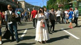 Los residentes de la ciudad y los fanáticos del fútbol están caminando en la zona de la fan metrajes