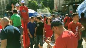 Los residentes de la ciudad y los fanáticos del fútbol están caminando en la zona de la fan almacen de video