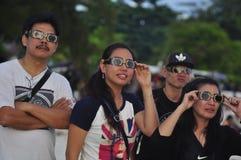 Los residentes de Tanjung Pandan Belitung de la atmósfera acogieron con satisfacción el eclipse solar Imagenes de archivo