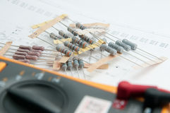 Los resistores que se preparan para hacen el nuevo proyecto Imagen de archivo