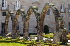 Los restos de la arcada medieval del palacio que forma la esquina de sudoeste del jardín de Santa Barbara en Braga fotografía de archivo libre de regalías
