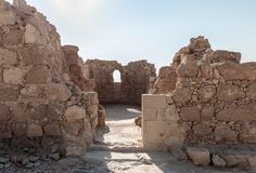 Los restos de la iglesia en las excavaciones de las ruinas de la fortaleza de Masada, construida en 25 A.C. por rey Herod encima  imágenes de archivo libres de regalías