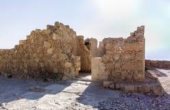 Los restos de la iglesia en las excavaciones de las ruinas de la fortaleza de Masada, construida en 25 A.C. por rey Herod encima  fotos de archivo libres de regalías