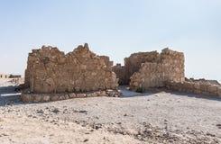 Los restos de la iglesia en las excavaciones de las ruinas de la fortaleza de Masada, construida en 25 A.C. por rey Herod encima  imagen de archivo