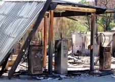 Los restos de un combustible y de una gasolinera de los fuegos del arbusto en Victoria, Australia en 2009 Imagen de archivo libre de regalías