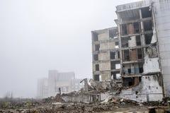 Los restos de un edificio concreto grande bajo la forma de fragmentos de pilas y pilas de piedras Copie el espacio imagenes de archivo