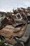 Restos de un edificio de madera destruido por un terremoto Fotografía de archivo