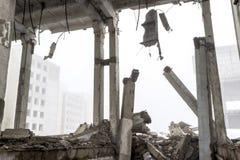 Los restos de un edificio grande destruido en una neblina de niebla Fondo foto de archivo