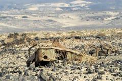 Los restos de una cabina de un camión soviético GAZ-66 permanecen en el campo de mina anterior cerca de Adén, Yemen Imágenes de archivo libres de regalías