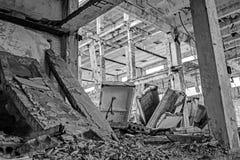 Los restos del edificio destruido de una instalación industrial grande Fondo Imagen blanco y negro imagen de archivo libre de regalías