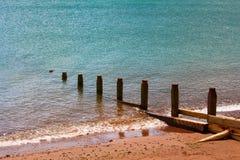 Los restos del puente en la orilla de mar Foto de archivo libre de regalías