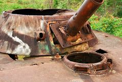 Los restos hacia fuera bombardeado de un tanque ruso en Loas septentrional fotografía de archivo