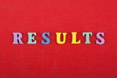 Los RESULTADOS redactan en el fondo rojo compuesto de letras de madera del ABC del bloque colorido del alfabeto, copian el espaci Fotografía de archivo libre de regalías