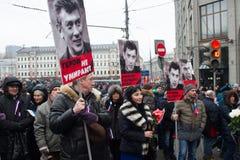 Los retratos de Nemtsov en la marcha de luto de la memoria Fotografía de archivo