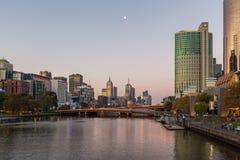 Los reyes tienden un puente sobre y paisaje urbano de Melbourne Fotografía de archivo