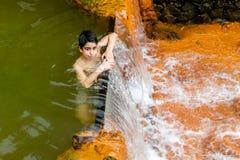 Los ricos de la naturaleza en aguas termales, minerales y colores fuertes fluyen f imagen de archivo libre de regalías