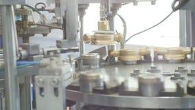 Los robots de alta tecnología actúan encendido alrededor de transportador en la planta almacen de metraje de vídeo