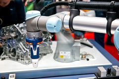 Los robots universales que presentan ejemplos prácticos muestran cómo los robots flexibles, simples e individuales de UR se puede Foto de archivo libre de regalías