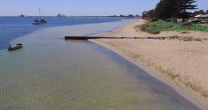 Los rodillos aúllan mostrando seagrass con los barcos amarrados en Rockingham WA Australia