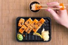 Los rodillos del sushi se cierran para arriba Comida japonesa fotografía de archivo