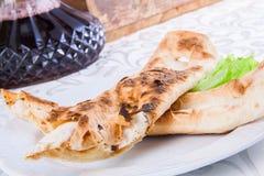 Los rollos asados del lavash del pan llenaron de queso Foto de archivo