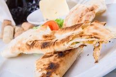 Los rollos asados del lavash del pan llenaron de queso Imagenes de archivo
