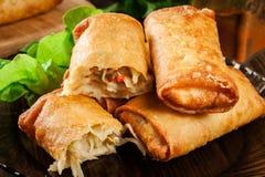 Los rollos de primavera con el pollo y las verduras sirvieron con la salsa de chile dulce o la salsa de soja Imágenes de archivo libres de regalías
