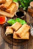 Los rollos de primavera con el pollo y las verduras sirvieron con la salsa de chile dulce o la salsa de soja Fotos de archivo