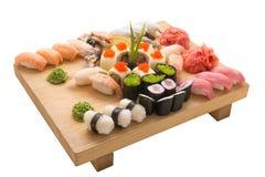 Los rollos de sushi sirvieron en una placa de madera en un restaurante Imagen de archivo